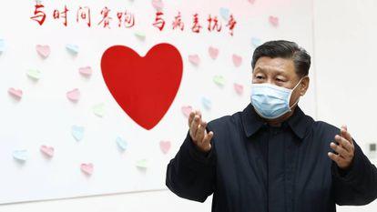 O presidente chinês Xi Jinping esta semana em Pequim. No vídeo, aumenta o número de infectados e mortos pelo coronavírus.