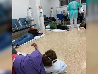Imagem do Hospital 12 de Octubre, de Madri, na Espanha. Pacientes aguardam atendimento no chão nesta quarta-feira.