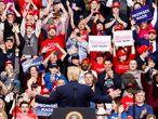 """-FOTODELDÍA- JLX37. MANCHESTER (ESTADOS UNIDOS), 11/02/2020.- El presidente de Estados Unidos, Donald Trump (c), saluda a sus seguidores durante su primer acto de campaña después de su absolución del juicio político en el Senado, este martes, en New Hampshire, justo donde los demócratas celebrarán mañana """"las primeras primarias de la nación"""". EFE/Justin Lane"""