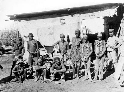 Um grupo de hereros e namas da Namíbia, custodiados por um soldado alemão no começo do século XX.