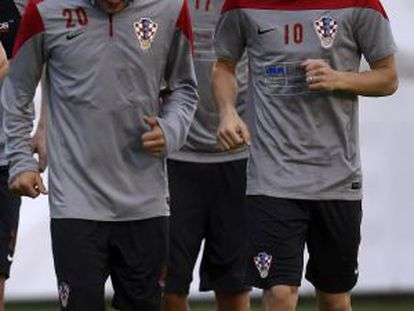 Modric, à direita, seguido de Mandzukic