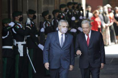 O presidente argentino, Alberto Fernández (à esq.), e seu homólogo mexicano, Andrés Manuel López Obrador, nesta terça-feira na Cidade do México.