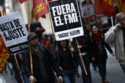 Manifestantes argentinos protestam contra o FMI em Buenos Aires.