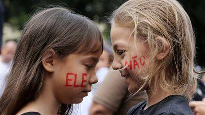 Duas meninas nos protestos #Elenão, em 29 de setembro, no Rio.
