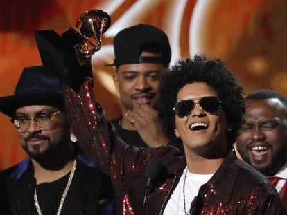 Bruno Mars, com o Grammy de melhor disco do ano.
