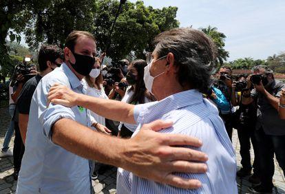 Eduardo Paes é cumprimentado por eleitor ao votar no domingo.