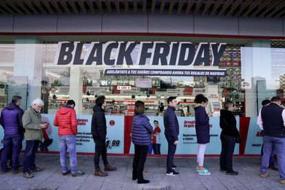 Consumidores fazem fila diante de uma loja em Barakaldo, na Espanha, para aproveitar os descontos da Black Friday.