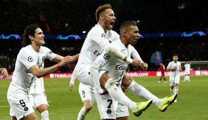 Neymar comemora gol parisiense com Mbappé e Cavani.