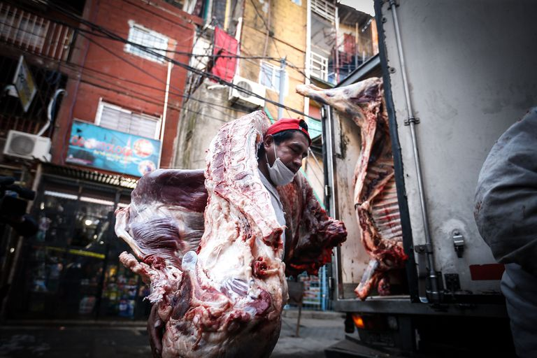 Trabalhador descarrega carne nesta sexta-feira de um caminhão na 'villa 31', em Buenos Aires.