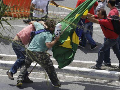 Manifestantes anti-PT e pró-PT (de vermelho) se enfrentam em frente ao aeroporto de Congonhas na sexta.