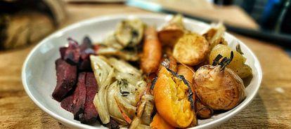 Um prato de verduras assadas.