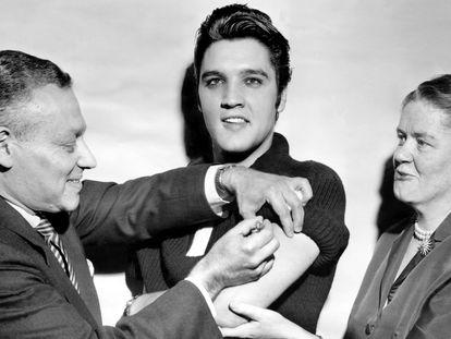 Elvis Presley é vacinado contra a pólio após se apresentar na televisão em 1956, para conscientizar a população sobre a importância da imunização.