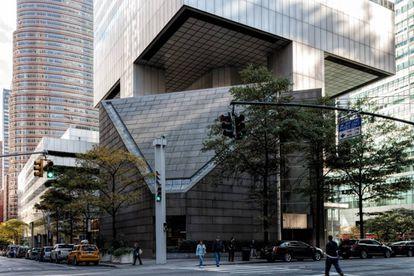 Em primeiro plano, a Igreja luterana de São Pedro, dos arquitetos Hugh Stubbins e W. Easley Hamner. Sobre ela, o edifício do Citigroup, apoiado sobre um elemento central e quatro pilares no centro das faces do prisma.