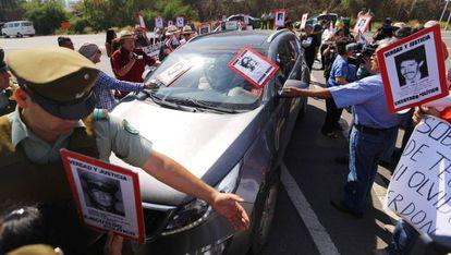 Manifestantes com fotos de desaparecidos protestam na frente da prisão de Punta Peuco (Chile).