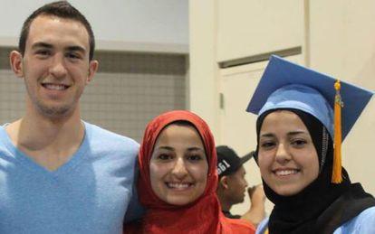 Shaddy Barakat, ao lado da mulher, Yusor Mohammad, e uma irmã dela, Razan Mohammad Abu-Salha.