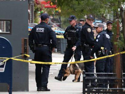 Polícia vigia uma área isolada em Manhattan