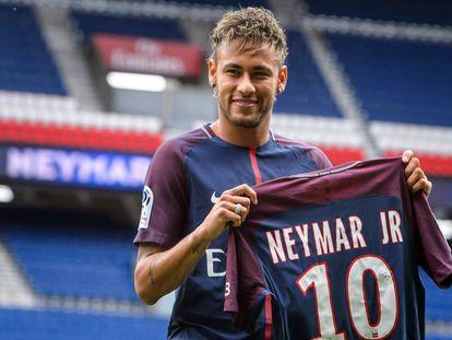 Neymar vestiu a camisa do PSG nesta sexta-feira.