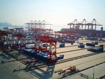 Vista aérea do porto de Yangshan, em Xangai.