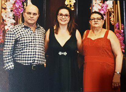 Gabriella Figueredo e os pais na formatura.