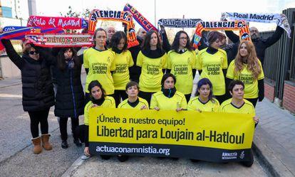 Protesto organizado pela Anistia Internacional ontem em frente à embaixada da Arábia Saudita em Madri contra a prisão de Loujain al-Hathloul.