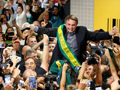 Jair Bolsonaro, levado nas costas por simpatizantes em Curitiba, o 28 de março passado.