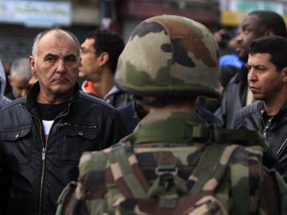 Moradores do bairro de Saint-Denis durante a operação antiterrorista.