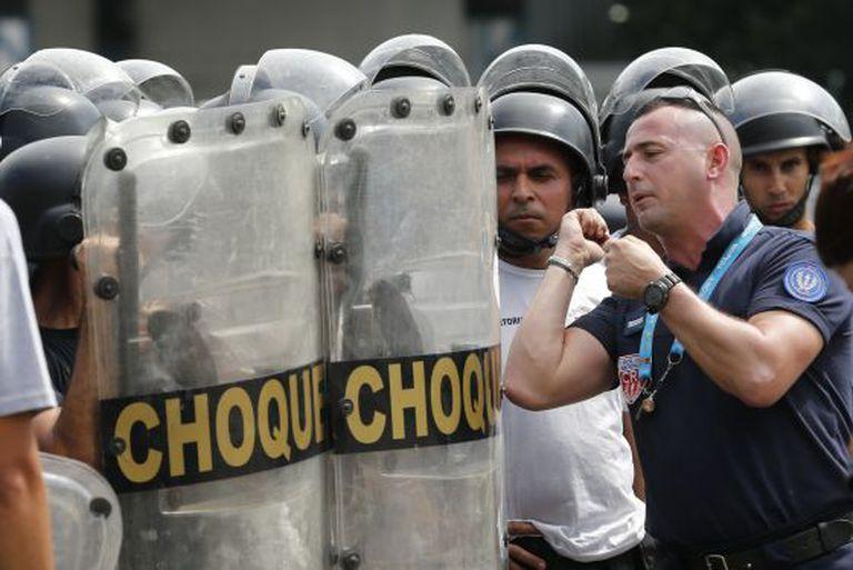 Agente francês durante um treinamento da polícia no Rio.