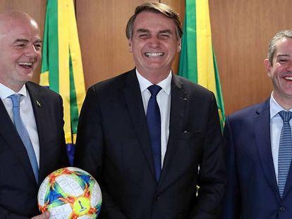 Bolsonaro recebe os presidentes da FIFA e da CBF no Palácio do Planalto.