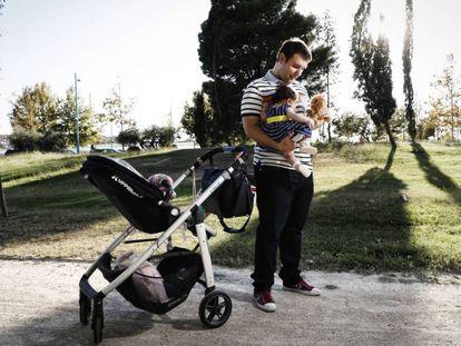 Um pai com seu bebê, em Saragoça.