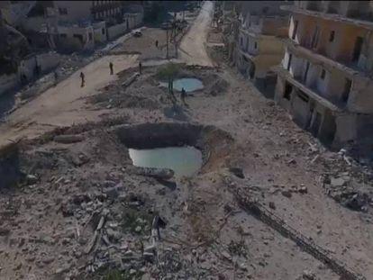 Duas enormes crateras em uma avenida da cidade síria de Aleppo.