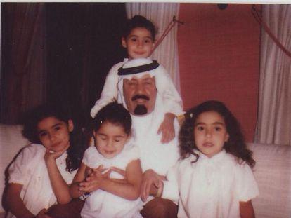 O rei Abdalá com as suas filhas em uma fotografia postada por sua segunda mulher em sua conta no Twitter.
