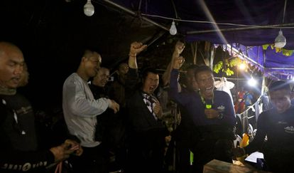 Integrantes da equipe de socorro comemoram nesta segunda-feira o resgate com vida dos 13 desaparecidos em uma caverna na Tailândia.