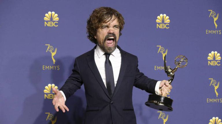 Peter Dinklage, com seu troféu Emmy por 'Game of Thrones'