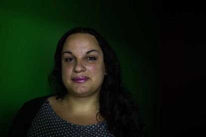 """Amanda Marfree, 30, nasceu no Rio de Janeiro. Aos 16, começou a se prostituir para se sustentar. """"A cafetina vira a sua mãe. A sua mãe biológica não vira pra você e fala 'minha filha, vem cá que eu vou te por peito [de silicone]'. Mas a cafetina cuida de você nesse sentido"""", diz. Em 2005, foi para a Itália para se prostituir, mas foi deportada dois anos depois para São Paulo. """"Eu era louca para voltar para a Itália, porque no Brasil não tinha políticas voltadas para mim. Lá também não tinha, mas a cultura era diferente. Entrei em depressão e engordei muito. É uma vida muito marginalizada"""", diz. """"Os gays sofrem preconceito, mas travesti sofre mais ainda"""". Hoje é assistida pelo programa Transcidadania, da Prefeitura de São Paulo. É candidata ao Conselho Tutelar da cidade e, se eleita, será a primeira transexual no posto. """"Acho que uma pessoa como eu, que foi excluída da sociedade, pode ajudar pessoas que passam pela mesma situação""""."""