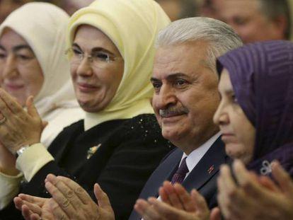 O primeiro-ministro turco em maio com a esposa de Erdogan, segunda à esquerda.