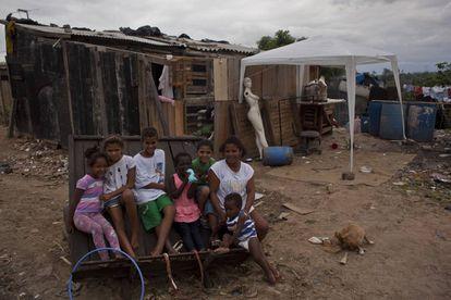 Fátima Catarina, de 33 anos, junto aos seus filhos na porta de casa.