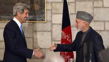 John Kerry e Hamid Karzai.