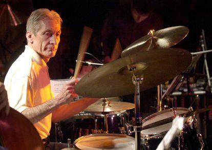 O pop star britânico dos Rolling Stones Charlie Watts toca bateria durante um show em Barcelona em 24 de novembro de 2001.