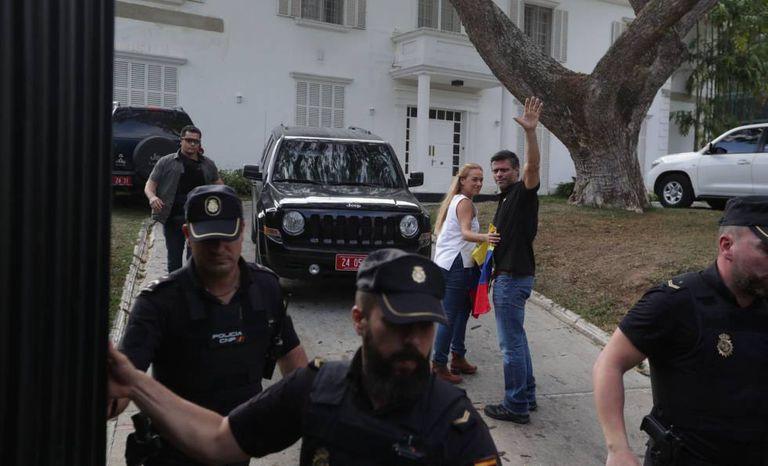 Leopoldo López e a esposa, Lilian Tintori, na casa do embaixador espanhol em Caracas.