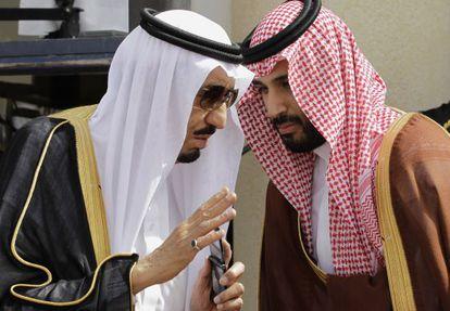 O rei Salman conversa com seu filho Mohamed Bin Salman, em 2012.