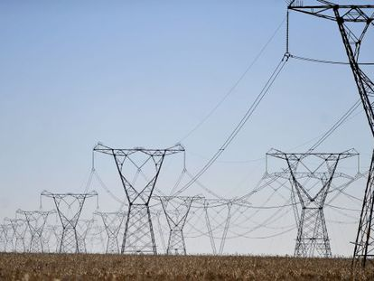 Linhas de transmissão de energia.