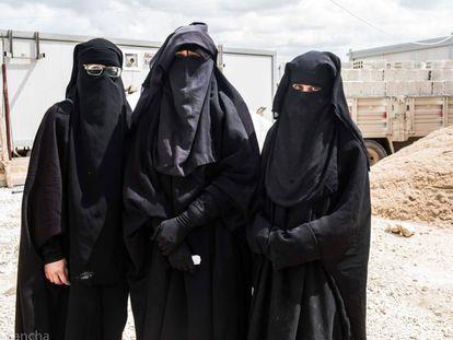 Da esquerda para a direita, Yolanda Martínez, Lubna Miludi e Luna Fernández, na Síria