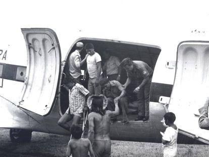 Imagem de arquivo cedida por Rubens Valente mostra a transferência, em avião da Força Aérea Brasileira, de indígenas Panará.
