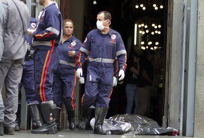 Corpo de um dos mortos durante o tiroteio na Catedral de Campinas, ao lado dos socorristas do SAMU que atendiam os feridos