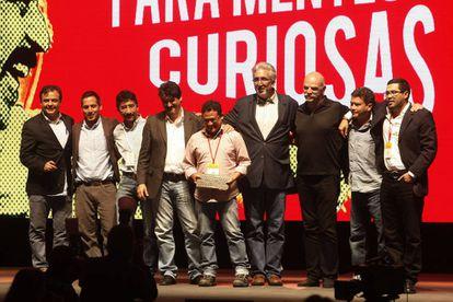 Membros da equipe de 'El Faro' de El Salvador, após receber o reconhecimento pela Excelência no prêmio Gabo 2016.