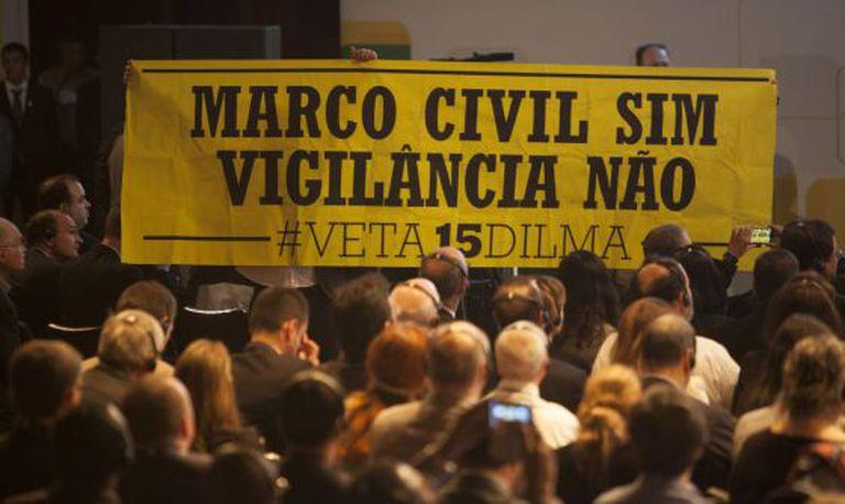Um cartaz na NETMundial contra o artigo 15 do marco civil.