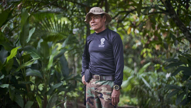 José Gregorio, líder Guarda Indígena Ambiental (G.I.A.), posa para a foto na Amazônia que rodeia o rio Amacuyacu.