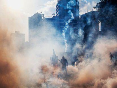 Confronto entre a Guarda Nacional e manifestantes em um bairro rico de Caracas, em 2014.