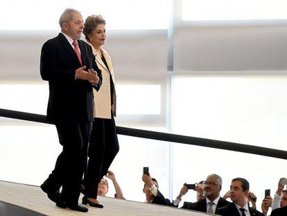 Lula e Dilma rumam para cerimônia de posse da Casa Civil.