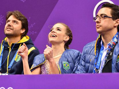 Isadora Williams comemora a vaga na final ao lado dos técnicos Igor Lukanin e Kristin Fraser.